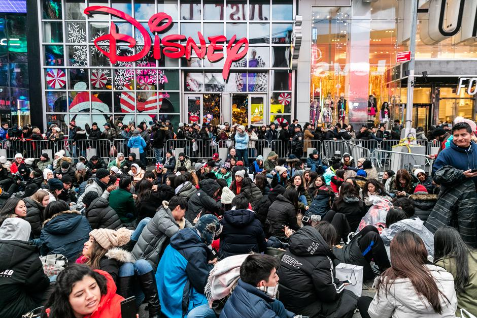 Revelers wait for the New Year's Eve in Times Square in the Manhattan | Autor: JEENAH MOON