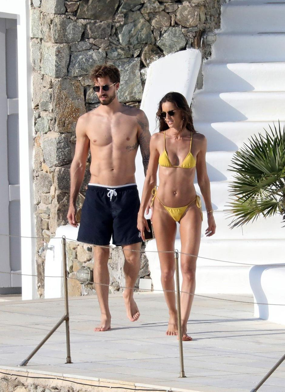 Izabel Goulart showcases off her toned frame in a yellow bikini as she packs on the PDA with footballer fiancé Kevin Trapp in Mykonos | Autor: NDPG