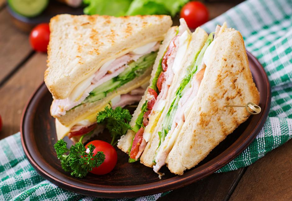 Club sandwich with cheese, cucumber, tomato, ham and eggs. | Autor: 123RF