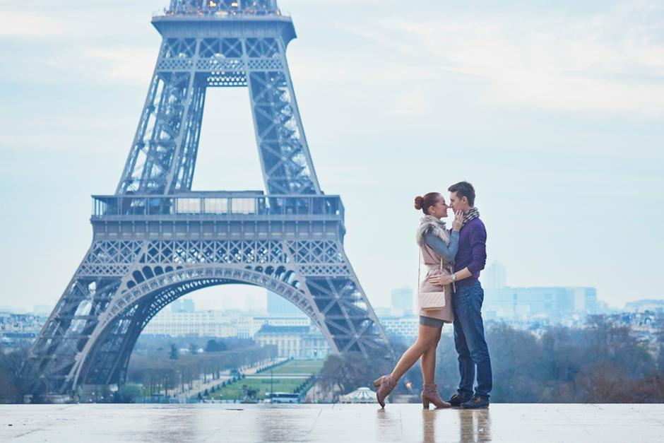 Romantic couple near the Eiffel tower in Paris, France | Autor: Ekaterina Pokrovsky