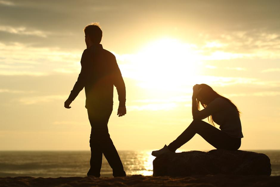 Couple silhouette breaking up a relation | Autor: agf