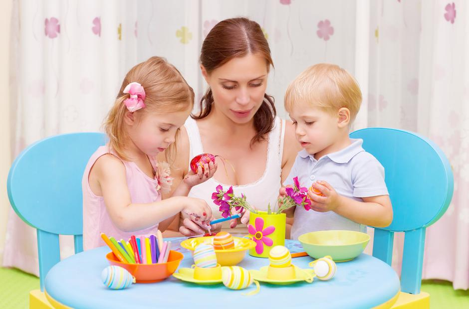 Mother with kids paint Easter eggs | Autor: Anna Omelchenko
