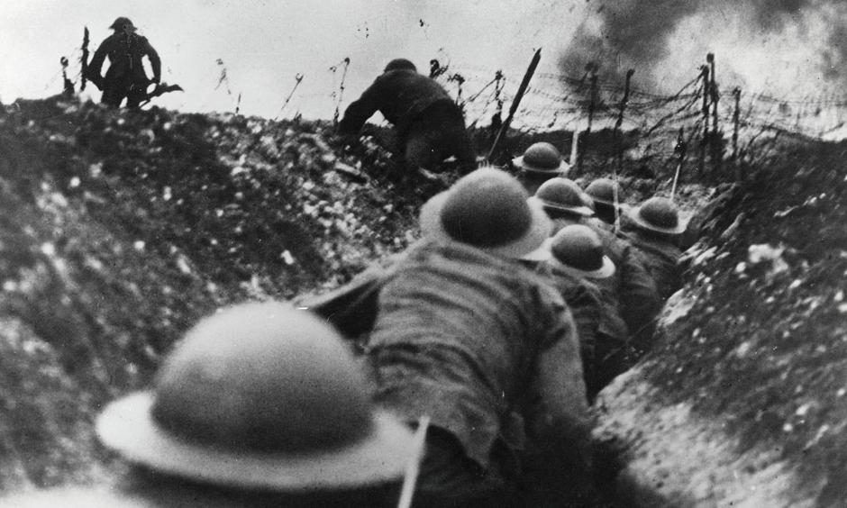 First world war: British troops go over the top in the trenches during the battle of the Somme | Autor: Paul Popper