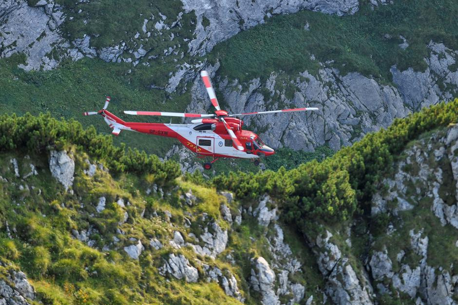 Mountain rescue team (TOPR) helicopter is pictured in Tatra mountains during a search mission near Zakopane | Autor: STRINGER/REUTERS/PIXSELL/REUTERS/PIXSELL