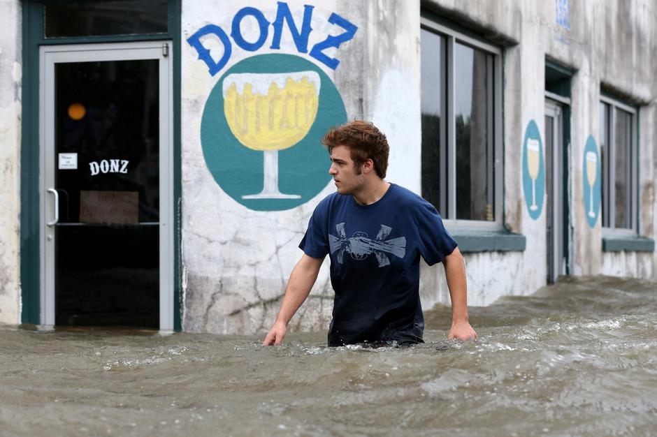 Logan Courvlle walks in front of a flooded business after Hurricane Barry in Mandeville | Autor: Jonathan Bachman/REUTERS/PIXSELL/REUTERS/PIXSELL
