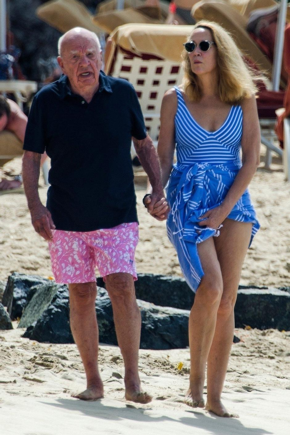 *EXCLUSIVE* Jerry Hall catches her husband Rupert Murdoch as he stumbles on the beach | Autor: SMUN, ISLA20