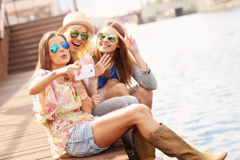 Group of friends taking selfie in the city | Autor: Kamil Macniak