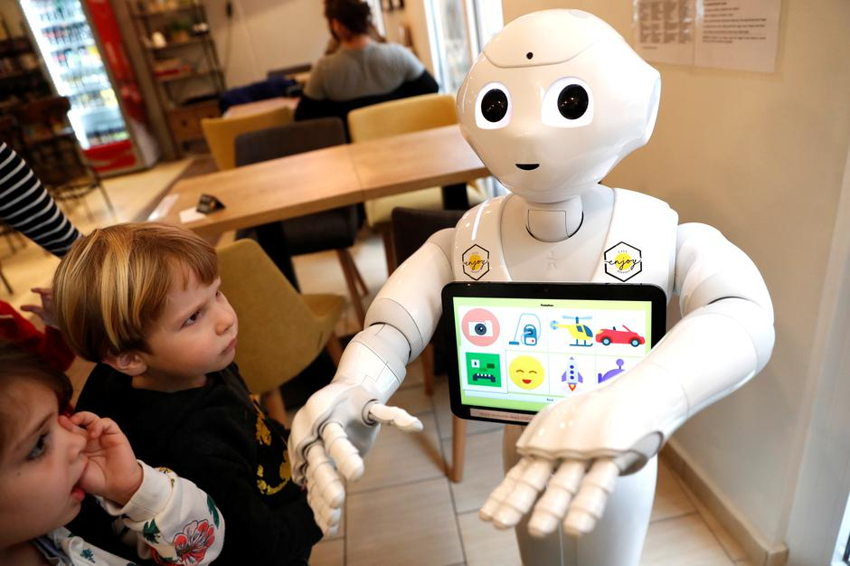 Children stand next to Pepper the robot at a cafe in Budapest | Autor: BERNADETT SZABO/REUTERS/PIXSELL/REUTERS/PIXSELL