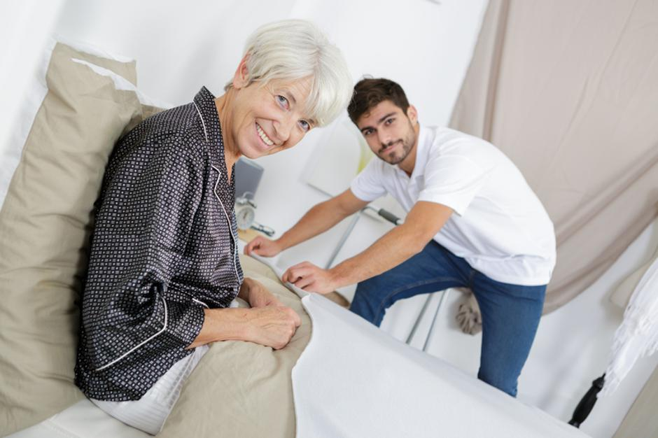 picture of a senior woman and a young man | Autor: Dreamstime