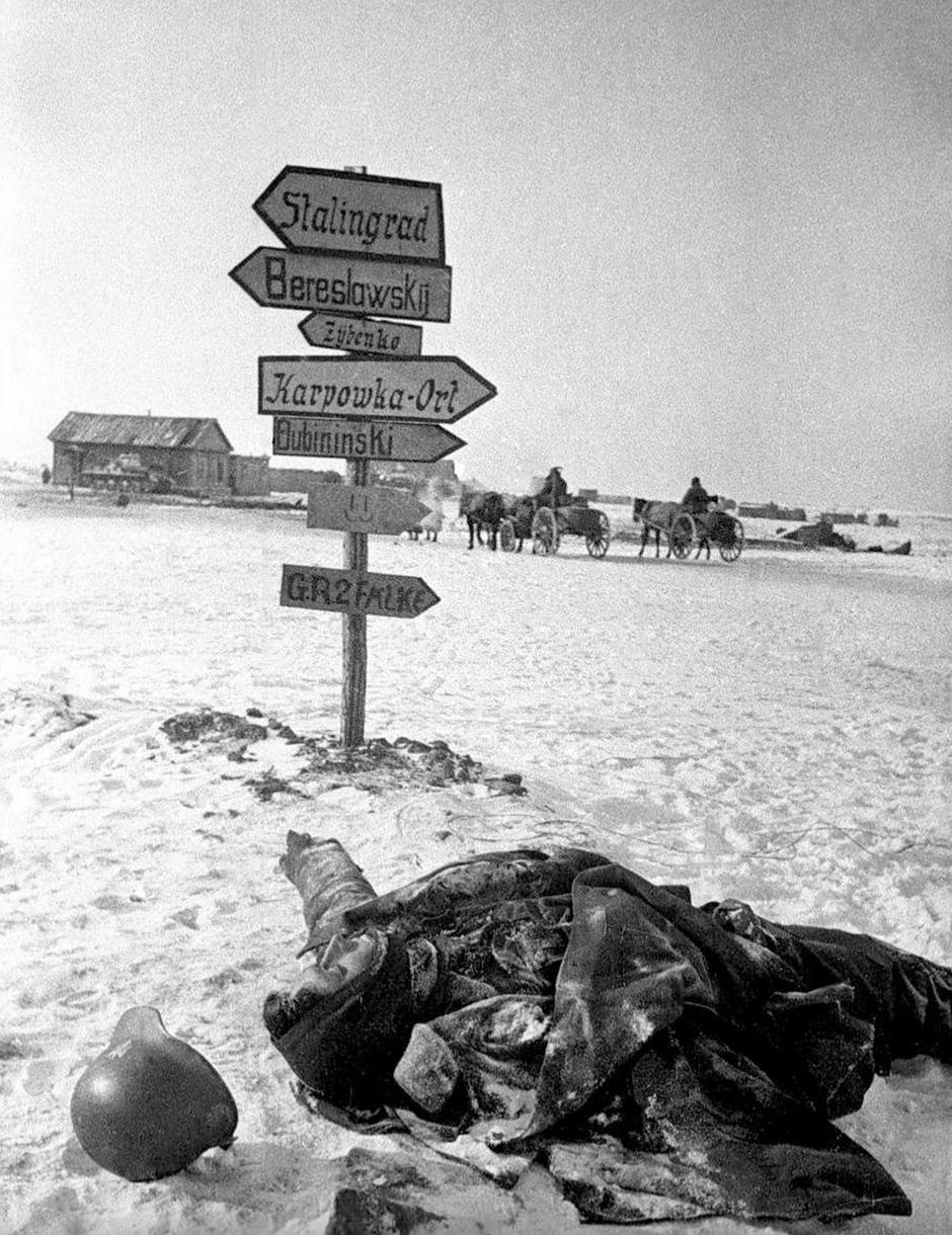 Russia / Germany: The frozen body of a German soldier lies where he fell, Stalingrad, February 1943 | Autor: Profimedia