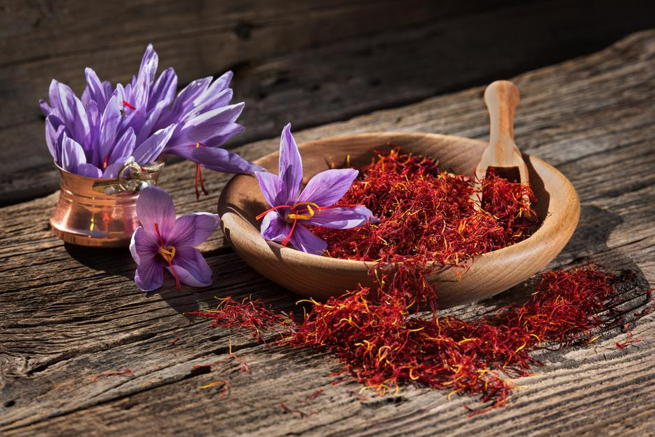 Saffron in wooden bowl on wooden table with saffron flowers on the side | Autor: Petar Bonev