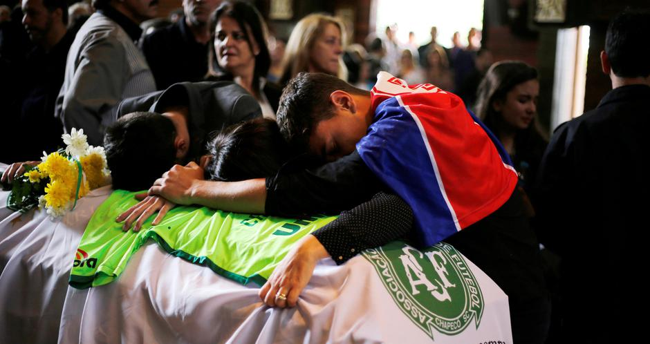 Relatives of Chapecoense soccer club head coach Caio Junior, who died in the plane crash in Colombia, participate in a ceremony to pay tribute to him in Curitiba | Autor: RODOLFO BUHRER