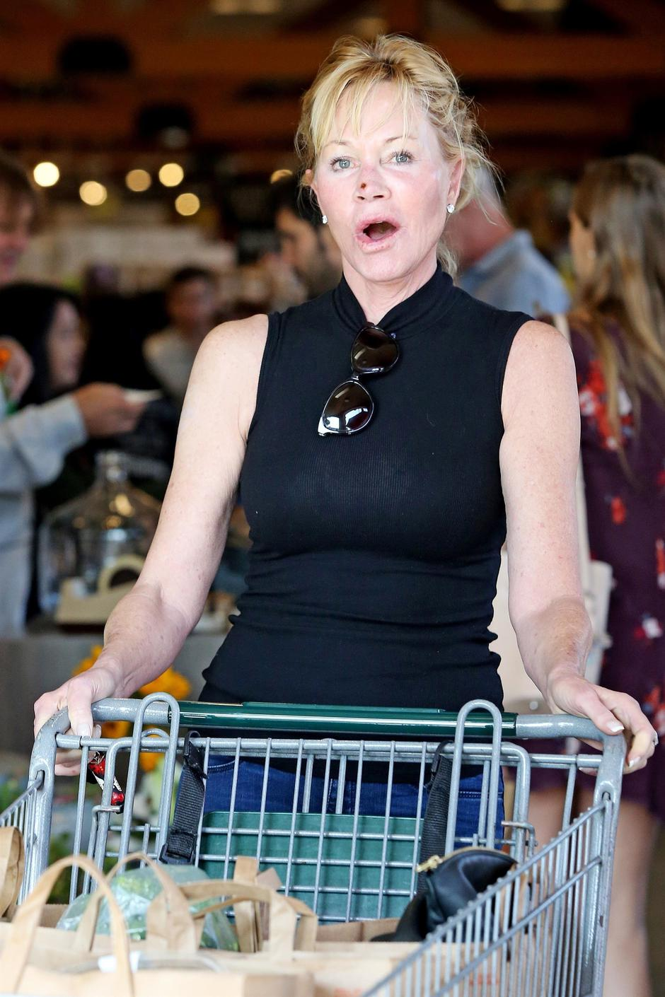 *EXCLUSIVE* Makeup free Melanie Griffith steps out with a scab on her face | Autor: CAEL