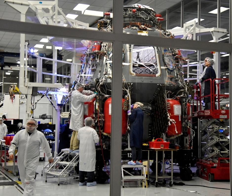 SpaceX technicians work on the next Crew Dragon Demo-2 craft as NASA Administrator Jim Bridenstine tour SpaceX headquarters with NASA astronauts Bob Behnken and Doug Hurley in Hawthorne | Autor: GENE BLEVINS/REUTERS/PIXSELL/REUTERS/PIXSELL