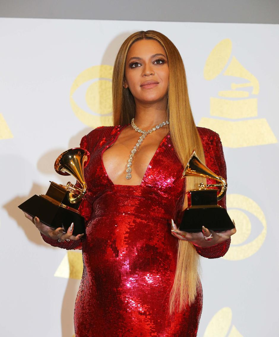 Beyonce holds the awards she won at the 59th Annual Grammy Awards in Los Angeles | Autor: MIKE BLAKE/REUTERS/PIXSELL/REUTERS/PIXSELL