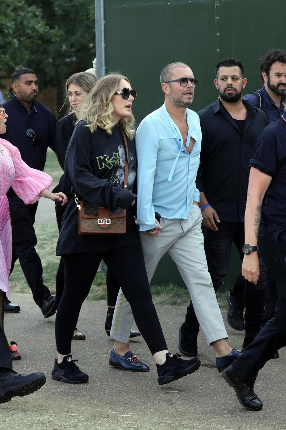 Adele holds hands with a male friend en route to watch Celine Dion in Hyde Park, London. | Autor: Profimedia