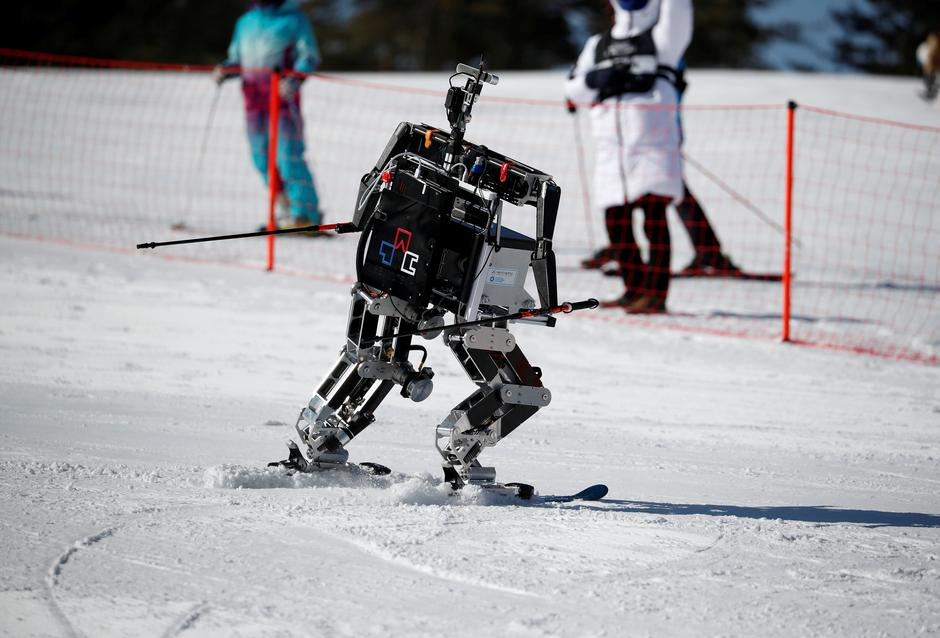 Robot Rudolph skies during the Ski Robot Challenge at a ski resort in Hoenseong | Autor: KIM HONG-JI