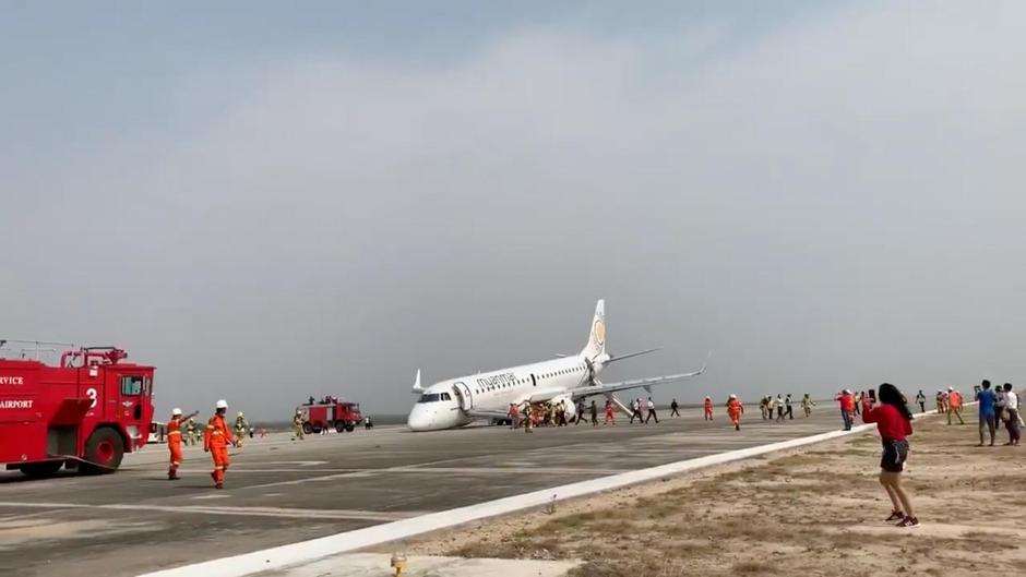View after Myanmar National Airlines flight UB103 landed without a front wheel at Mandalay International Airport in Tada-U | Autor: SOCIAL MEDIA/REUTERS/PIXSELL/REUTERS/PIXSELL