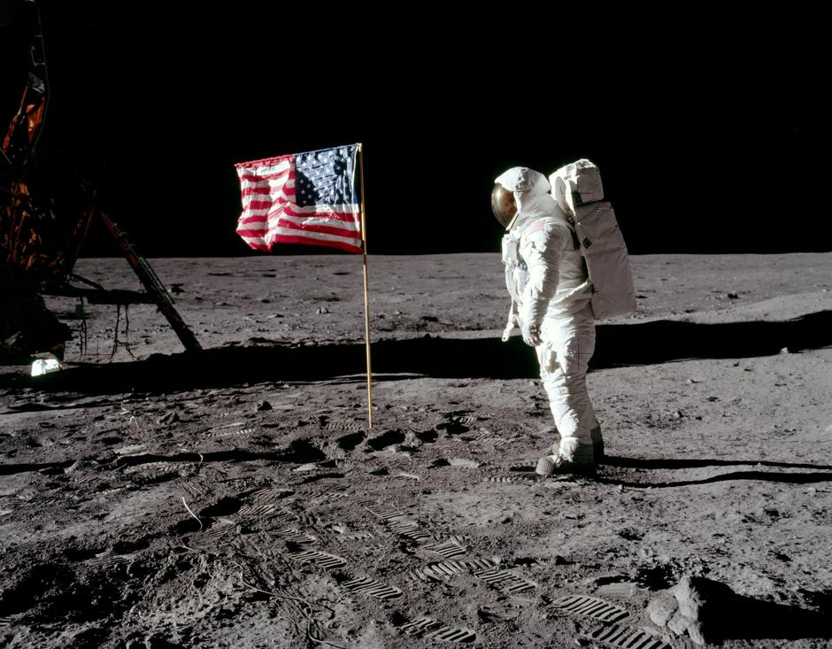 FILE PHOTO: Buzz Aldrin poses for a photograph beside the deployed United States flag on the moon | Autor: NASA NASA