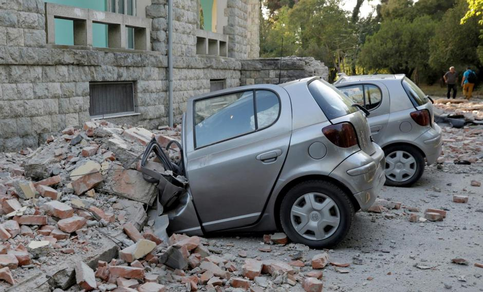 Destroyed cars stand next to a damaged building after an earthquake in Tirana | Autor: Florion Goga/REUTERS/PIXSELL/REUTERS/PIXSELL
