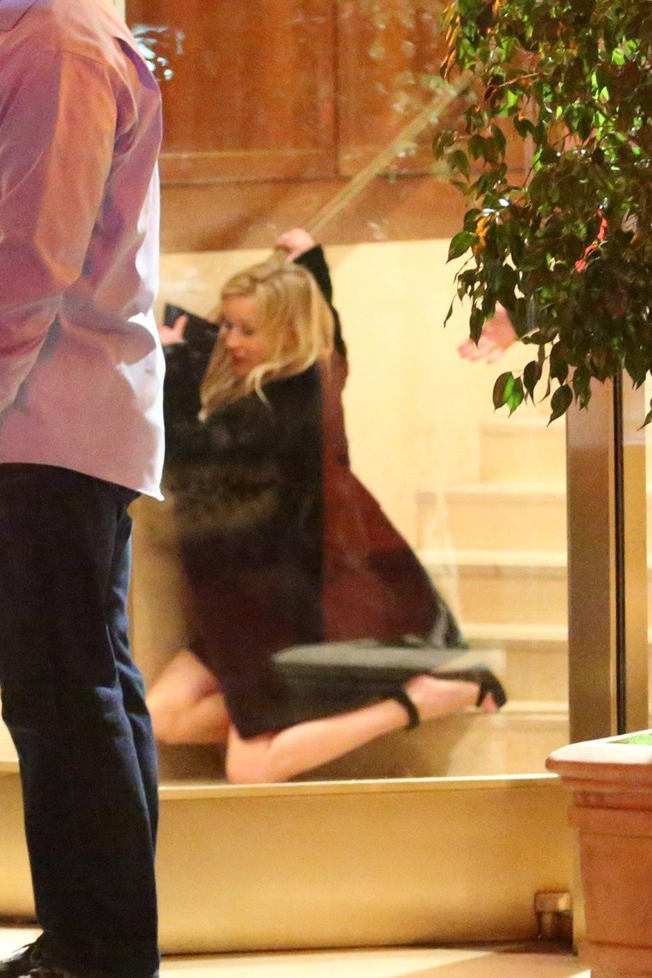 Reese Witherspoon takes a spill as she leaves the Sunset Tower Hotel after attending Jennifer Aniston's 50th birthday party | Autor: Profimedia
