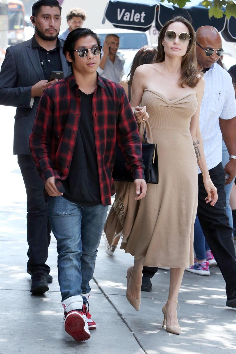 *EXCLUSIVE* Angelina Jolie and her son Pax grab lunch at Perch restaurant in Los Angeles | Autor: JAPZ, ENAV, JOGA