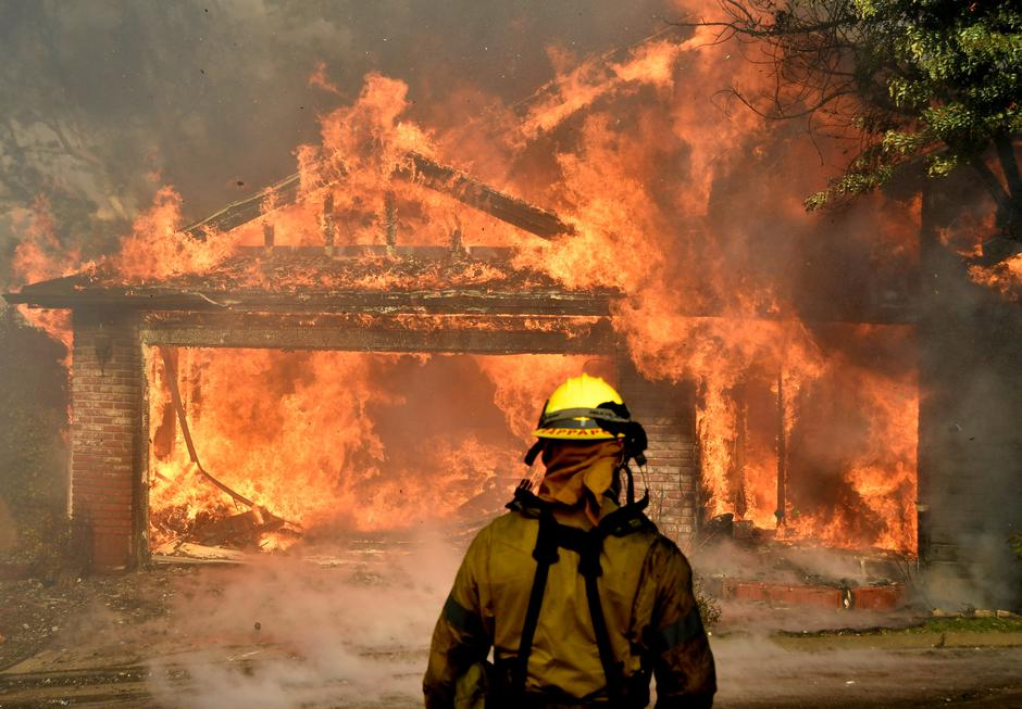 Firefighters battle to save one of many homes burning in an early-morning Creek Fire that broke out in the Kagel Canyon area in the San Fernando Valley north of Los Angeles | Autor: GENE BLEVINS