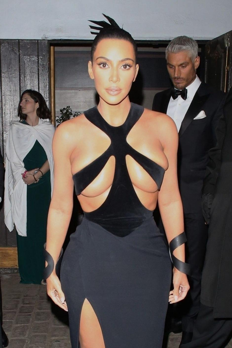 Kim Kardashian leaves little to the imagination in sexy strapped gown during outing in Los Angeles | Autor: Profimedia