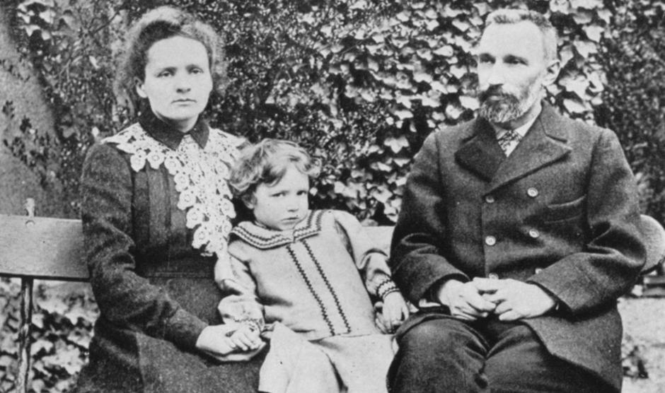 Marie (1867-1934) and Pierre (1859-1906) Curie. With their elder daughter Irene in 1904, | Autor: Profimedia