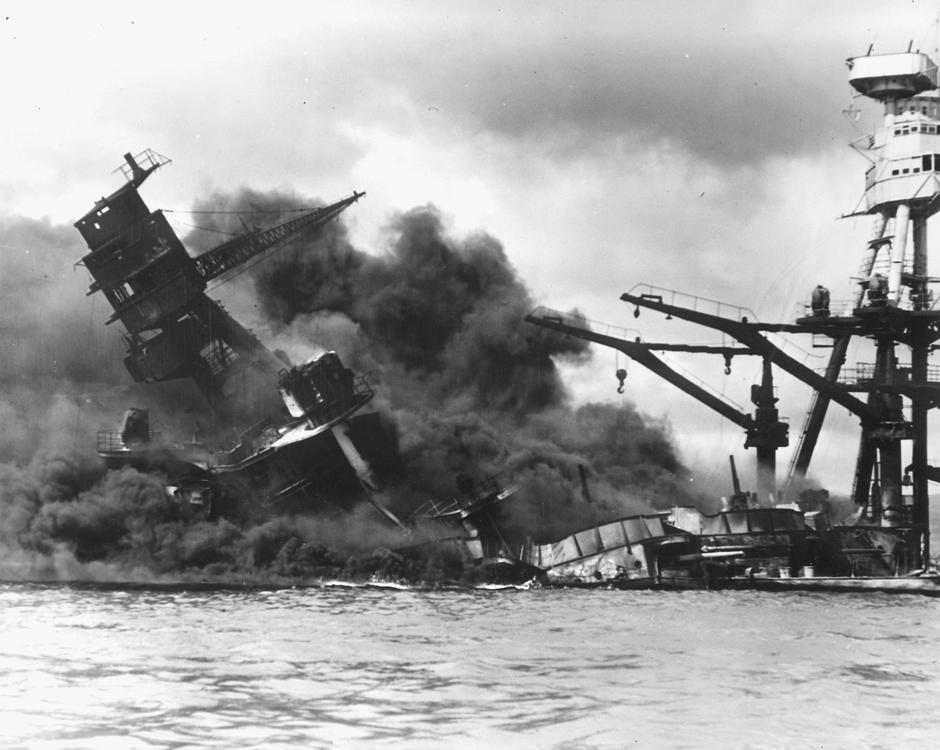 The battleship USS Arizona sinks after being hit by a Japanese air attack on Pearl Harbor | Autor: HANDOUT