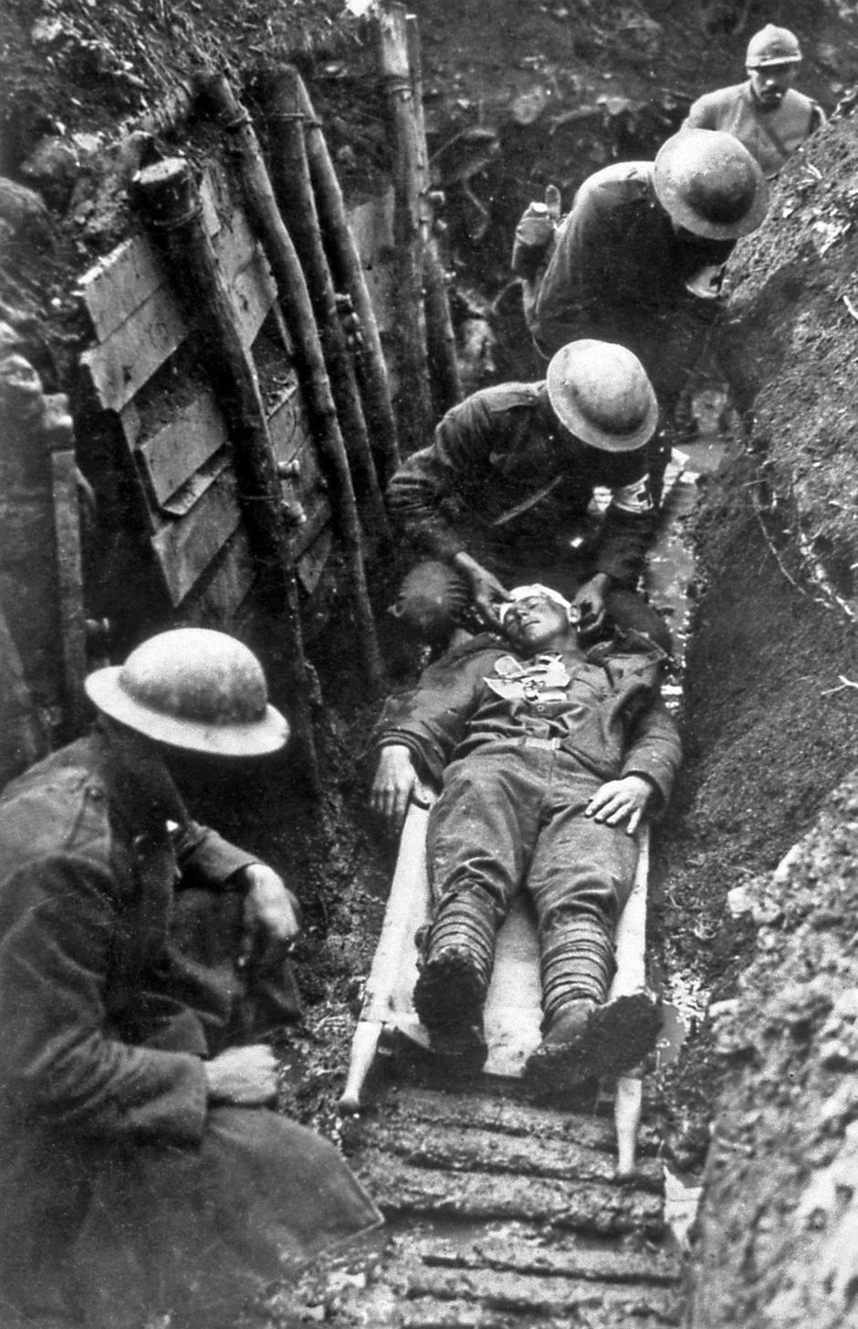First aid in a trench | Autor: Profimedia