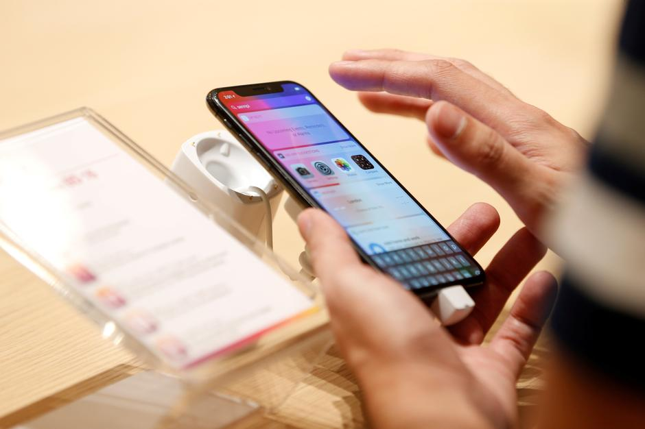 FILE PHOTO: A customer tests the features of the newly launched iPhone X at VIVA telecommunication store in Manama | Autor: Hamad I Mohammed