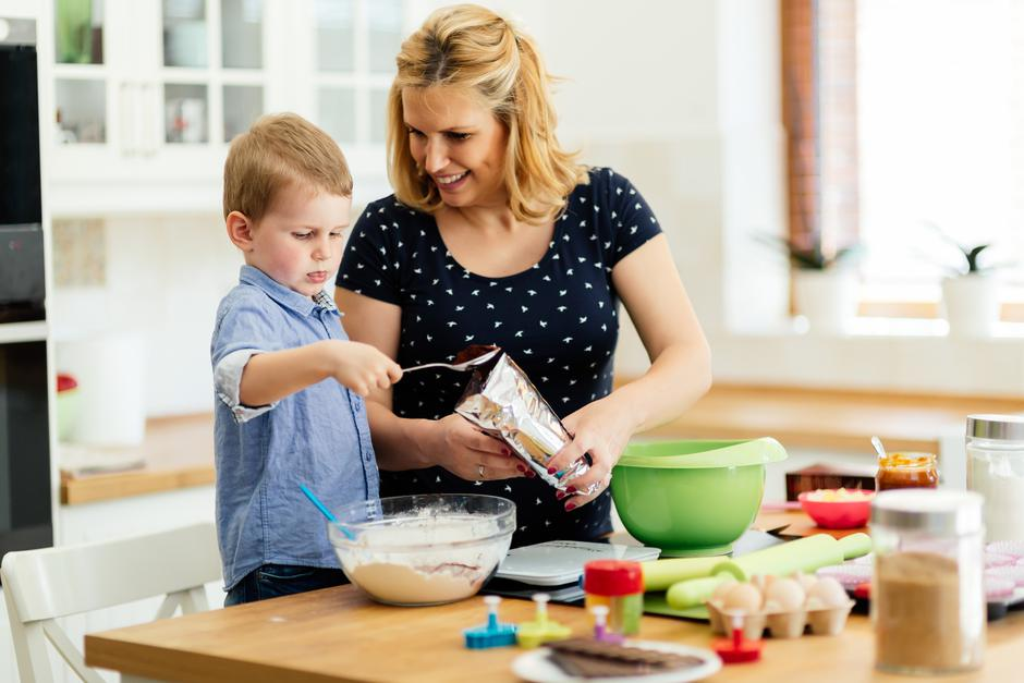 Happy mother and child in kitchen | Autor: Dreamstime
