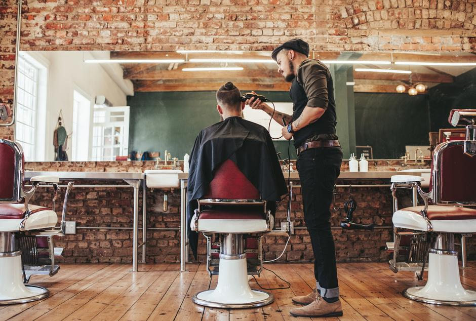 Hairstylist serving client at barber shop | Autor: Jacob Ammentorp Lund