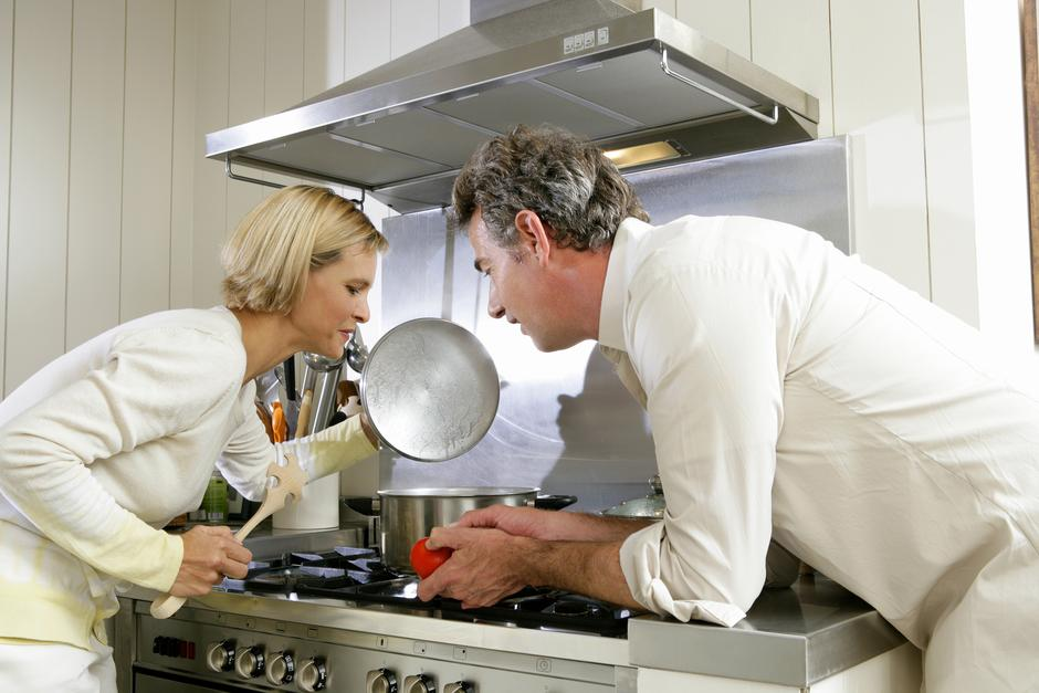 Couple cooking together | Autor: Goodshoot