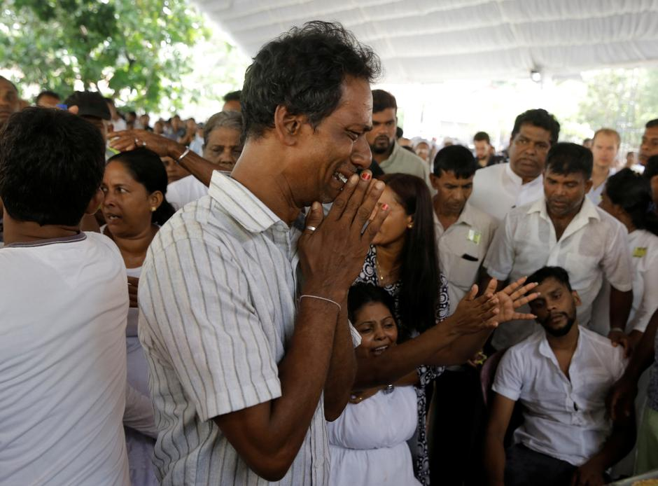 People react near a casket during a mass for victims, two days after a string of suicide bomb attacks on churches and luxury hotels across the island on Easter Sunday, in Negombo | Autor: Thomas Peter/REUTERS/PIXSELL/REUTERS/PIXSELL