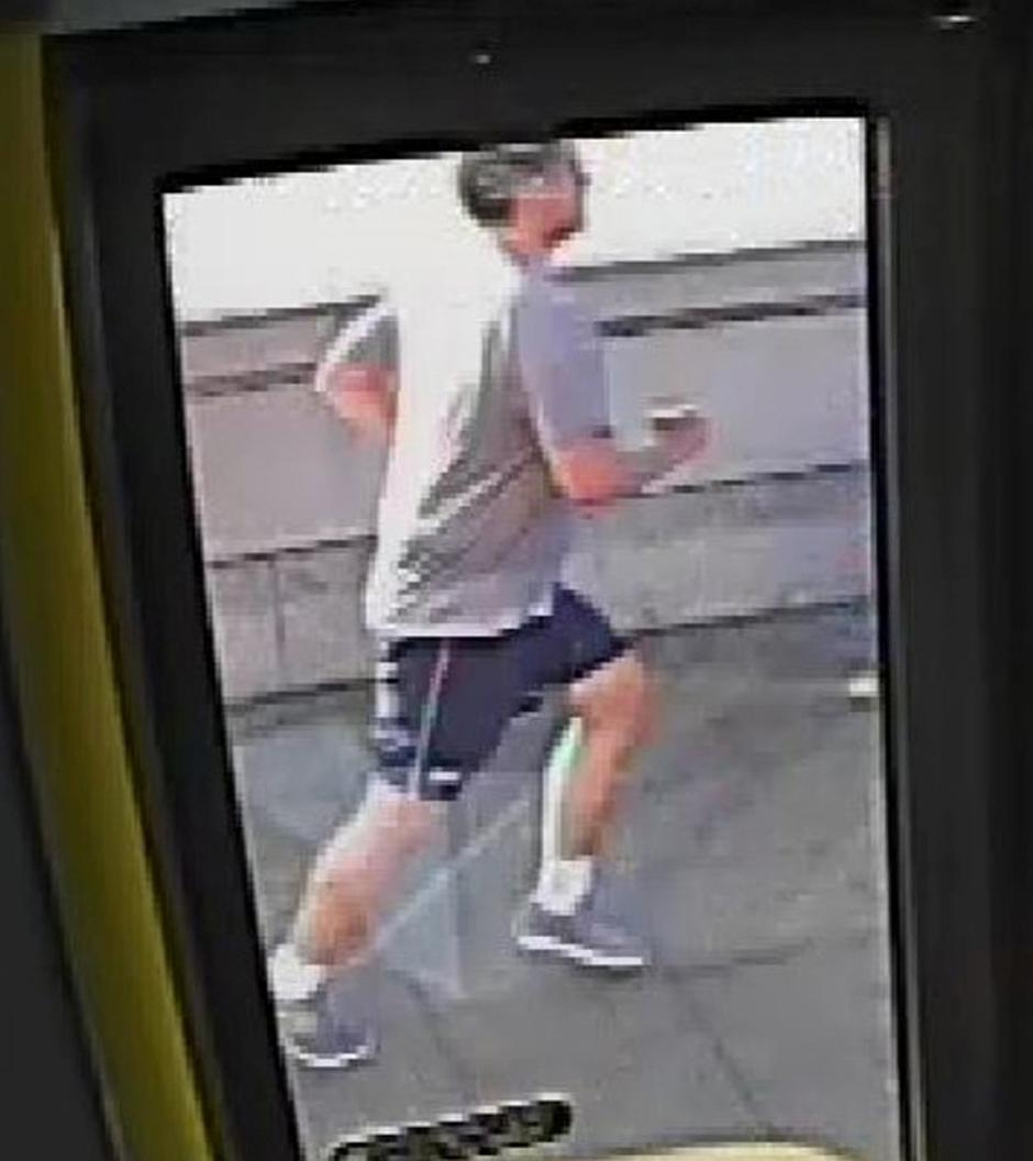 A CCTV image, received via the Metropolitan Police, shows a male jogger on Putney Bridge, in London | Autor: HANDOUT