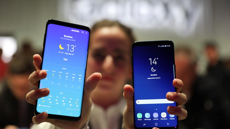 A hostess shows up Samsung's new S9 (R) and S9 Plus devices after a presentation ceremony at the Mobile World Congress in Barcelona