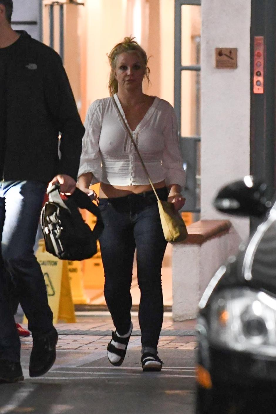 *EXCLUSIVE* An unkempt Britney Spears leaves a building in Los Angeles - ** WEB MUST CALL FOR PRICING ** | Autor: MSBH