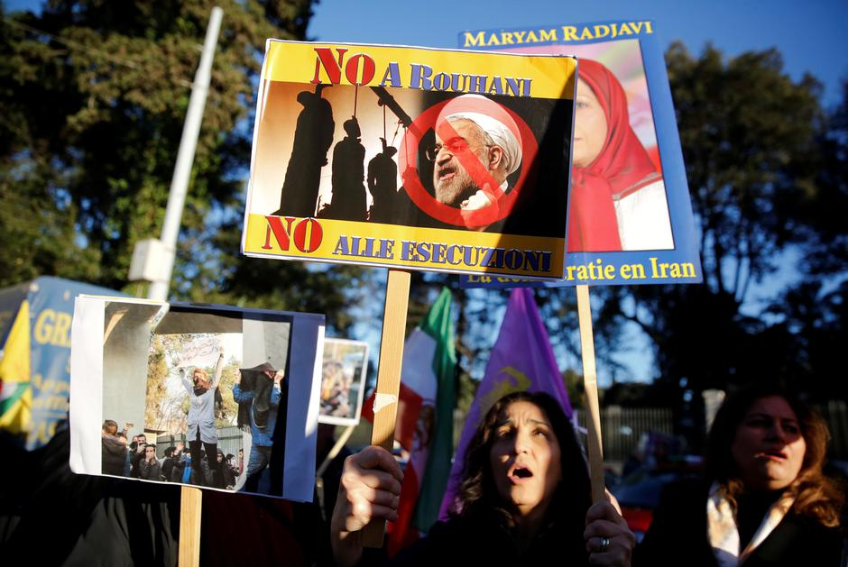 Opponents of Iranian President Hassan Rouhani hold a protest outside the Iranian embassy in Rome | Autor: TONY GENTILE