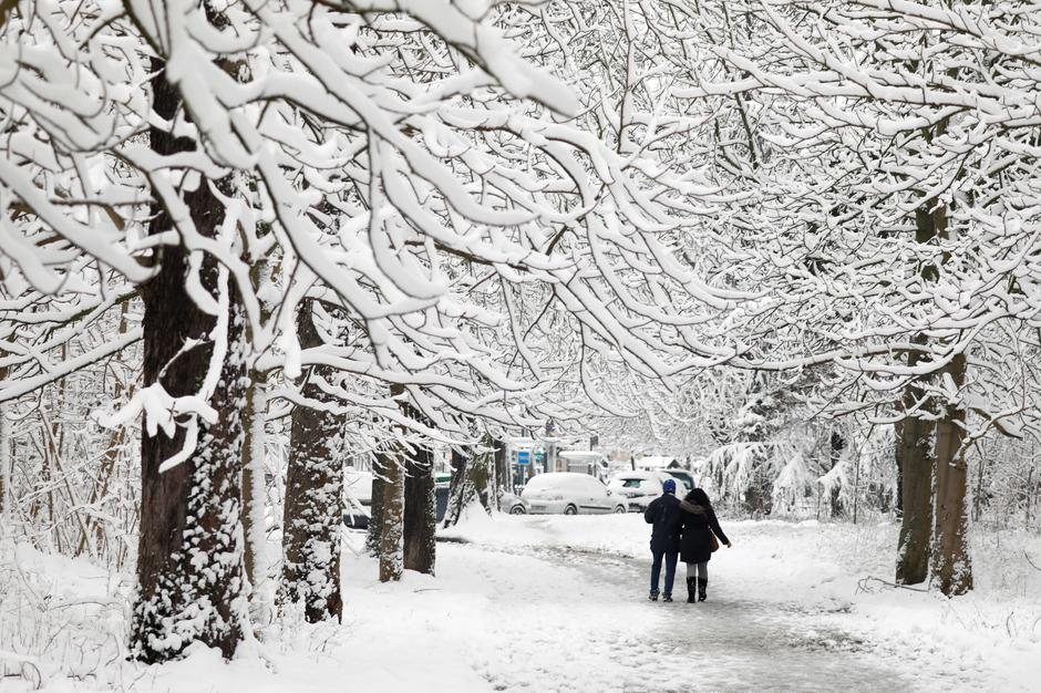 People walk on a snow-covered path in the Bois de Vincennes in Paris, France, as winter weather with snow and freezing temperatures arrive in France | Autor: CHARLES PLATIAU