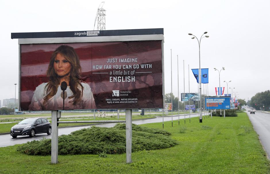Cars drive near a billboard advertising a language school with the image of U.S. first lady Melania Trump in Zagreb, Croatia | Autor: Antonio Bronic/REUTERS/PIXSELL/REUTERS/PIXSELL