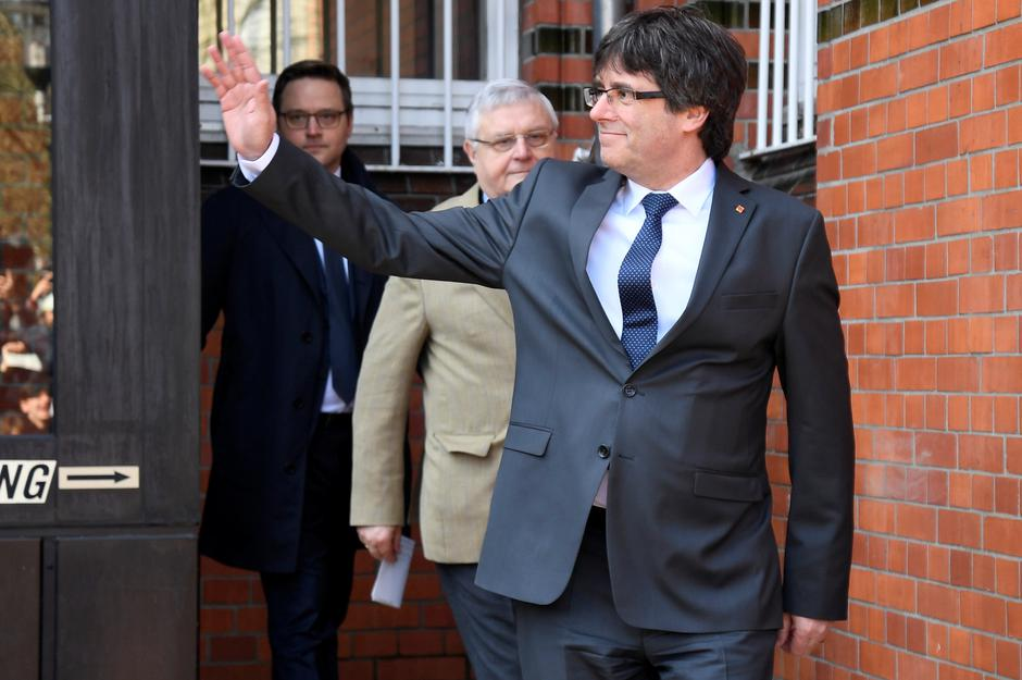 Catalonia's former leader Carles Puigdemont waves as he leaves the prison in Neumuenster | Autor: FABIAN BIMMER