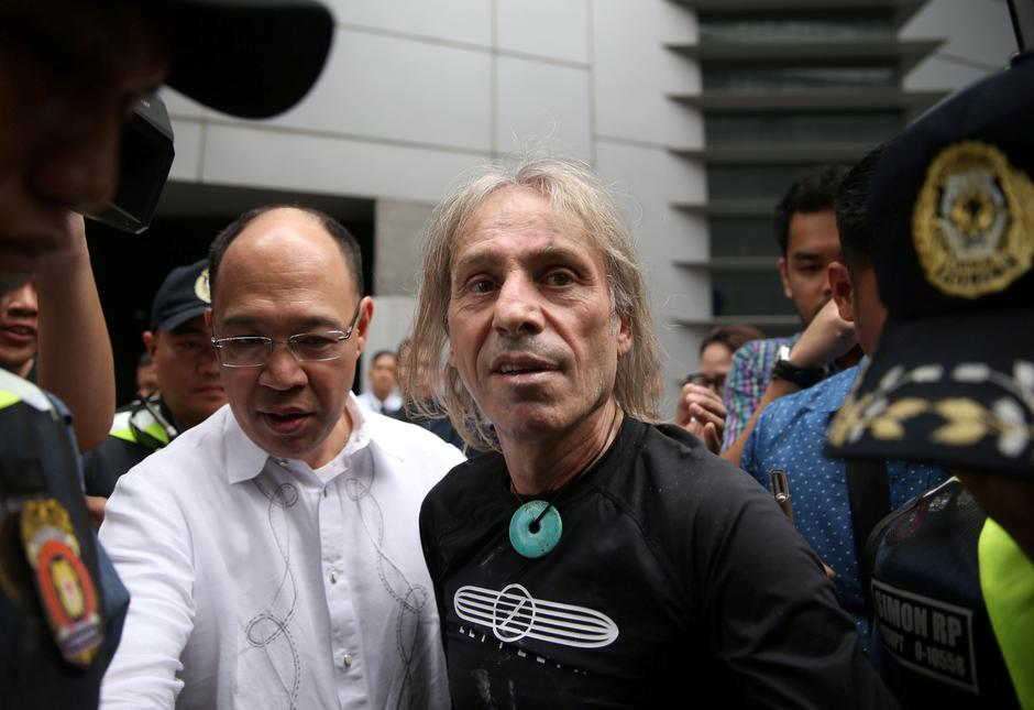 French climber Robert is escorted by Filipino cops after his 47-storey GT International Tower climb in Makati City | Autor: ELOISA LOPEZ/REUTERS/PIXSELL/REUTERS/PIXSELL
