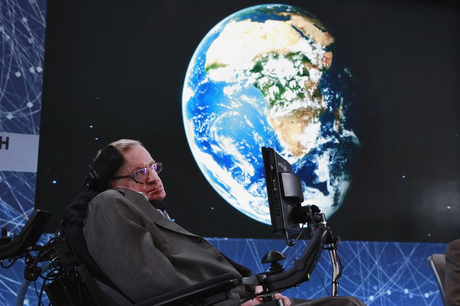 Physicist Stephen Hawking sits on stage during an announcement of the Breakthrough Starshot initiative with investor Yuri Milner in New York  | Autor: LUCAS JACKSON