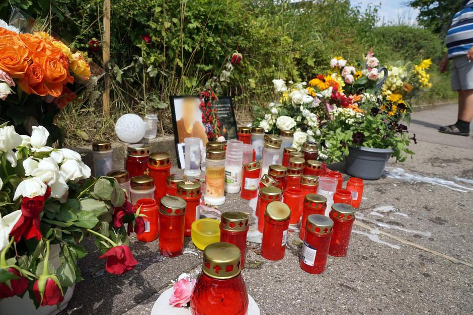 After sword attack in Stuttgart - flowers and candles at the scene of the crime | Autor: Andreas Rosar/DPA/PIXSELL