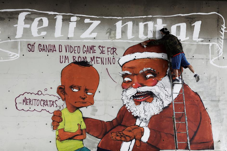 Foto Nacho Doce Brazilian Artist Paulo Ito Puts The Final Touches To His Christmas Graffiti Depicting Santa Claus And A Boy On A Wall Underneath