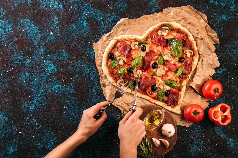 Heart shaped pizza with tomatoes and prosciutto for Valentines D | Autor: AlexandrKarpovich