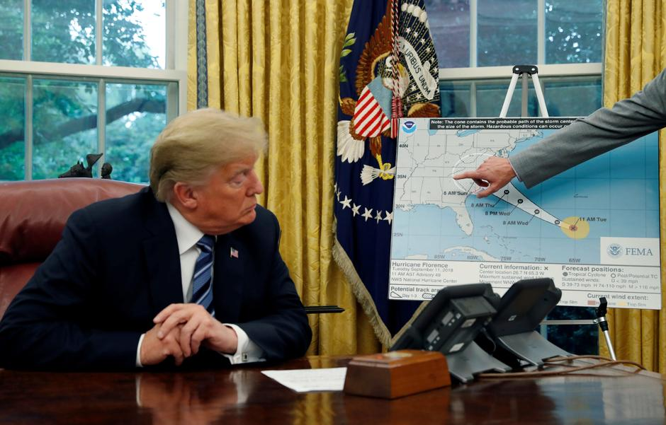 FILE PHOTO: U.S. President Trump holds an Oval Office meeting on hurricane preparations at the White House in Washington | Autor: Leah Millis