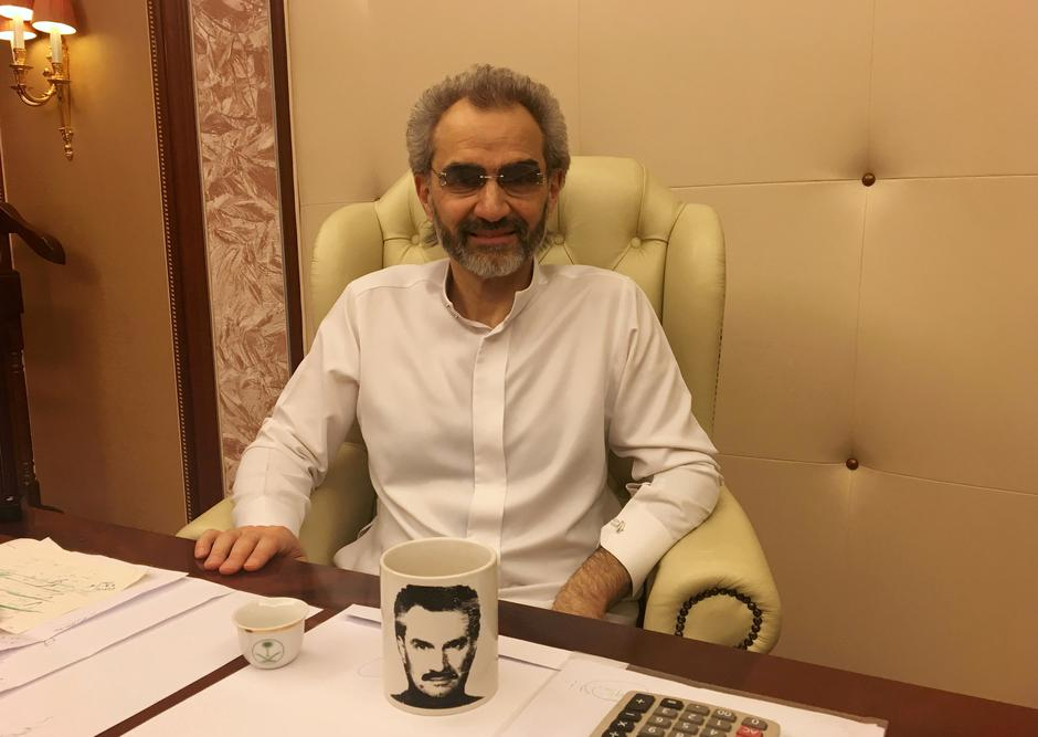 FILE PHOTO: Saudi Arabian billionaire Prince Alwaleed bin Talal sits for an interview with Reuters in the office of the suite where he has been detained at the Ritz-Carlton in Riyadh | Autor: STAFF/REUTERS/PIXSELL/REUTERS/PIXSELL
